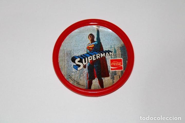 PIN CHAPA PLÁSTICO - SUPERMAN - COCA COLA - REF. 0013 - MOD. VOLANDO - 1979 - Ø 52 MM (Coleccionismo - Pins)