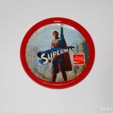 Pins de colección: PIN CHAPA PLÁSTICO - SUPERMAN - COCA COLA - REF. 0013 - MOD. VOLANDO - 1979 - Ø 52 MM. Lote 191628918