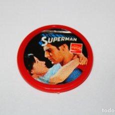 Pins de colección: PIN CHAPA PLÁSTICO - SUPERMAN - COCA COLA - MOD. CON LOIS LANE - 1979 - Ø 52 MM. Lote 191629011