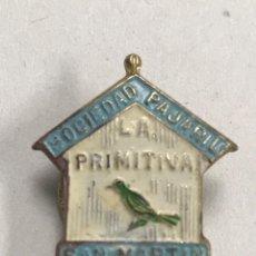 Pins de colección: ANTIGUA INSIGNIA SOLAPA SOCIEDAD PAJARIL LA PRIMITIVA SAN MARTÍN - ORNITOLOGIA. Lote 194299347