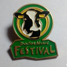 Pins de colección: CURIOSO PIN DEL FESTIVAL DOCTOR MUSIC FESTIVAL. Lote 194403041