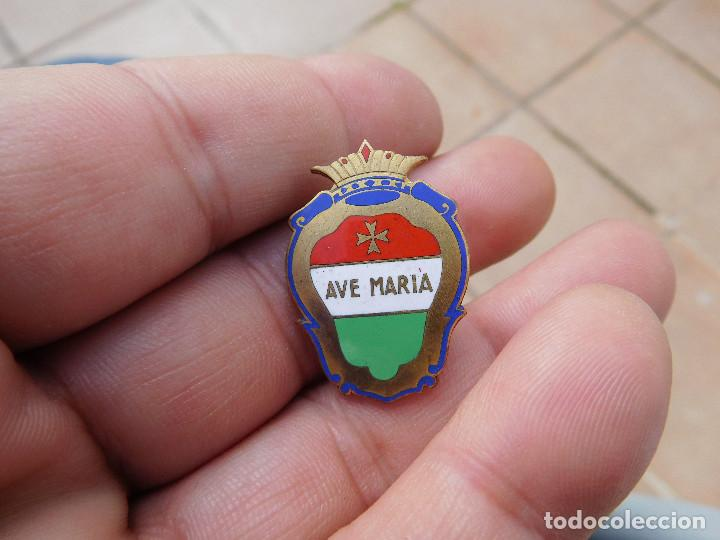 INSIGNIA ANTIGUA ESMALTADA AVE MARIA (Coleccionismo - Pins)
