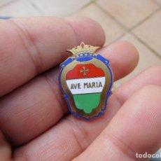 Pins de colección: INSIGNIA ANTIGUA ESMALTADA AVE MARIA. Lote 194519382