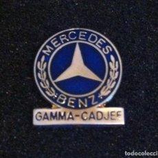 Pins de colección: ANTIGUO PIN MERCEDES BENZ GAMMA-CADJEE. Lote 194565803