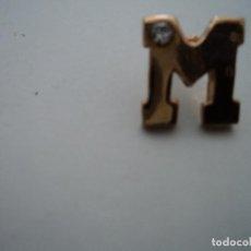 Pins de colección: PIN DELETRA M MAYUSCULA CON BRILLANTITO EN UNA ESQUINA. Lote 194586183