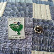 Pins de colección: PIN INSIGNIA DE LA EUSKAL BIZIKLETA/BICICLETA VASCA. Lote 194679905