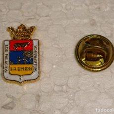Pins de colección: PIN DE TURISMO HERÁLDICA. ESCUDO HERÁLDICO DE LOS PALACIOS Y VILLAFRANCA. SEVILLA. Lote 194901110