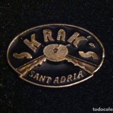Pins de colección: PIN ANTIGUA DISCOTECA SKRAK'S (SANT ADRIA DEL BESOS). Lote 194919068