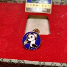Pins de colección: PIN KENDO ? BEIJING 1990 XI ASIAN GAMES BAÑADO ORO 24K PINS JUEGOS ASIÁTICOS PEKIN CHINA OSO PANDA. Lote 195028896
