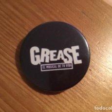 """Pins de colección: CHAPA PIN """"GREASE"""" EL MUSICAL. Lote 195135448"""