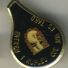 Pins de colección: ALICANTE HOGUERA ENTREU I XUPLEU QUE MAI ES TARD GRANDE 4CM FOGUERES DE SANT JUAN. Lote 195143497