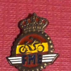 Pins de colección: INSIGNIA DE LA FEDERACIÓN MOTOCICLISTA ESPAÑOLA.. Lote 195331113
