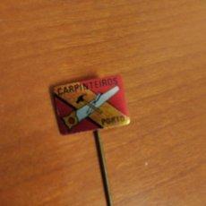 Pins de colección: INSIGNIA CARPINTEIROS OPORTO PIN. Lote 195343395