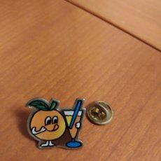 Pins de colección: PIN NARANJA FRUTA BEBIÉNDOSE UN ZUMO CON PAJITA AÑOS 80/90. Lote 195343877