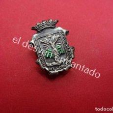 Pins de colección: HERMANDAD MONDEJAR DEL SANTO CRISTO. ANTIGUA INSIGNIA . Lote 195424297
