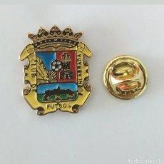 Pins de colección: PIN FUTBOL - ESCUDO EQUIPO DE FUTBOL - CLUB DE FUTBOL FUENLABRADA. Lote 195508252