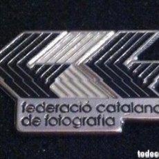 Pins de colección: PIN FEDERACIO CATALANA DE FOTOGRAFIA. Lote 195532976