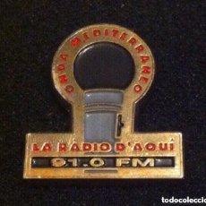 Pins de colección: ANTIGUO PIN RADIO ONDA MEDITERRANEO (DIFICIL DE ENCONTRAR). Lote 195550811
