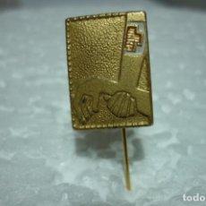 Pins de colección: PIN DE AGUJA ANTIGUO. CRUZ ROJA. TODO DORADO. REALIZADO POR I. EGAÑA. MOTRICO. Lote 199414848