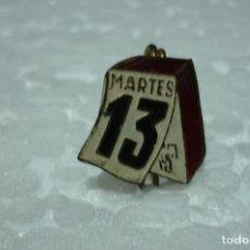 Pins de colección: MARTES 13. HOJA TACO CALENDARIO. ANTIGUO PIN ESMALTADO. DE ALFILER. AÑOS 50. Lote 199485611