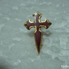 Pins de colección: PIN INSIGNIA CRUZ ORDEN DE SANTIAGO. ANTIGUO. DE ALFILER, ESMALTADO. PEQUEÑO19 MM . Lote 199488337
