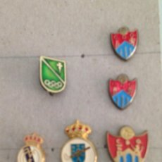 Pin's de collection: LOTE 6 PINS DE REAL MADRID, CLUB DEPORTIVO ORENSE, FEDERACIÓN GALLEGA DE HOCKEY. Lote 200350850