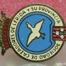 Pins de colección: PIN OJAL SOCIEDAD DE CAZADORES DE LLEIDA Y PROVINCIA MUY ANTIGUO. Lote 201275500
