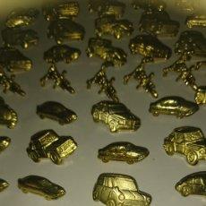 Pins de colección: LOTE 50 PINS COCHES Y MOTOS DORADOS. Lote 202829100