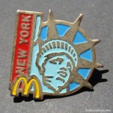 Pins de colección: PIN - MCDONALDS - NEW YORK NUEVA YORK - ESTATUA DE LA LIBERTAD - PUBLICIDAD COMIDA RÁPIDA. Lote 142225786
