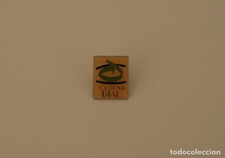PIN METÁLICO DE CADENA DIAL RADIO (Coleccionismo - Pins)