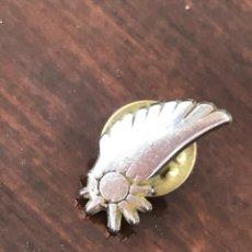 Pins de colección: PIN EMBLEMA UNIFORME AZAFATA VUELO LINEAS AEREAS DEL MEDITERRANEO AIR NOSTRUM VALENCIA. Lote 207962550