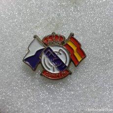 Pins de coleção: PIN DE FUTBOL REAL MADRID CON BANDERAS. Lote 208886587