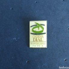 Pins de colección: PIN CADENA DIAL RADIO BARCELONA MODELO PEQUEÑO. Lote 210011236