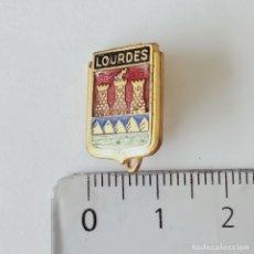 Pins de colección: INSIGNIA DE AGUJA LOURDES. Lote 211428722