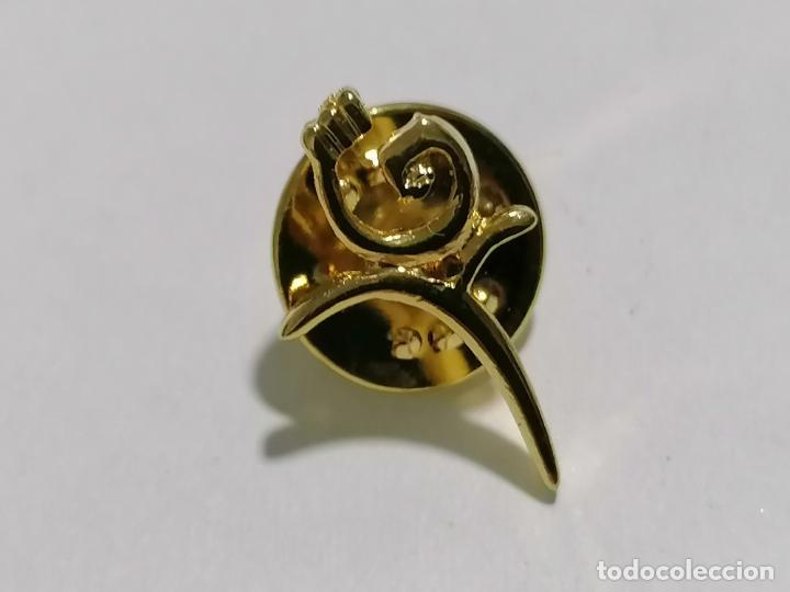 PIN DORADO (Coleccionismo - Pins)