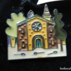 Pins de colección: PIN-PUBLICIDAD-CORUÑA-IGLESIA STA . Mª DEL CAMPO-PETEIRO-SACO TERCIOPELO NEGRO-NUEVO PIN JORGE PETEI. Lote 214330322