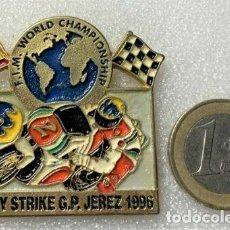 Pins de colección: PIN CAMPEONATO DEL MUNDO DE MOTO G.P. JEREZ 1996 LUCKY STRIKE (PIN BADGE). Lote 217344520