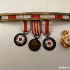 Pins de colección: PASADOR CON MEDALLAS CRUZ ROJA Y PIN OJAL. Lote 218878040