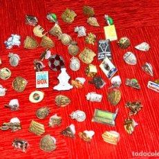 Pins de colección: LOTE DE SESENTA PINS, LA MAYORÍA DE EQUIPOS DE FÚTBOL (#257). Lote 221265346