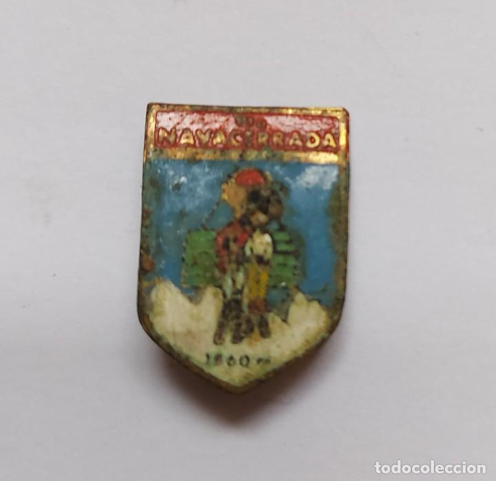 ANTIGUO PIN INSIGNIA DE ESQUI SKI - NAVACERRADA - 1860 M - EL DIBUJO ESTA UN POCO ESTROPEADO Y NO SE (Coleccionismo - Pins)