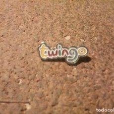Pins de colección: PIN DE PUBLICIDAD DE LA RENAULT DEL TUINGO. Lote 221806536