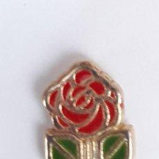 Pins de colección: PIN - PARTIDO SOCIALISTA - POCO CORRIENTE- PUÑO BLANCO ROSA ROJA Y HOJAS VERDES -PERFIL DORADO-NUEVO. Lote 221956401