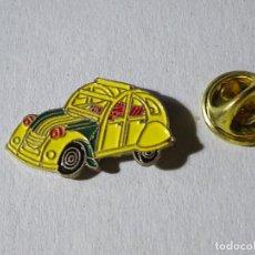 Pins de colección: PIN DE COCHES MOTOS. COCHE CITROEN 2CV AMARILLO. Lote 221966605