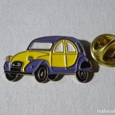 Pins de colección: PIN DE COCHES MOTOS. COCHE CITROEN 2CV AMARILLO AZUL. Lote 221966665