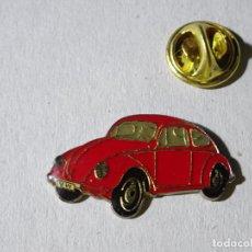 Pins de colección: PIN DE COCHES MOTOS. COCHE VOLKSWAGEN ESCARABAJO ROJO. Lote 221966715