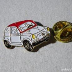 Pins de colección: PIN DE COCHES MOTOS. COCHE SEAT 600 BLANCO ROJO. Lote 221966812