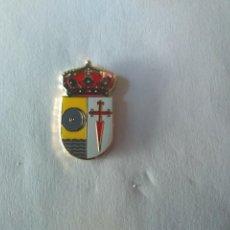 Pins de colección: PIN ESCUDO HERALDICO DE ARROYOMOLINOS DE LEON (HUELVA). Lote 222000745