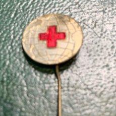 Pins de colección: PIN ALFILER (BOLA DEL MUNDO) CRUZ ROJA. Lote 222296911