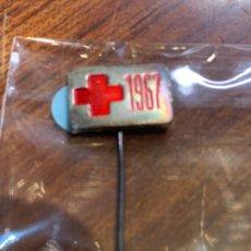 Pins de colección: PIN ALFILER CRUZ ROJA ESPAÑOLA DE 1967. Lote 222297626