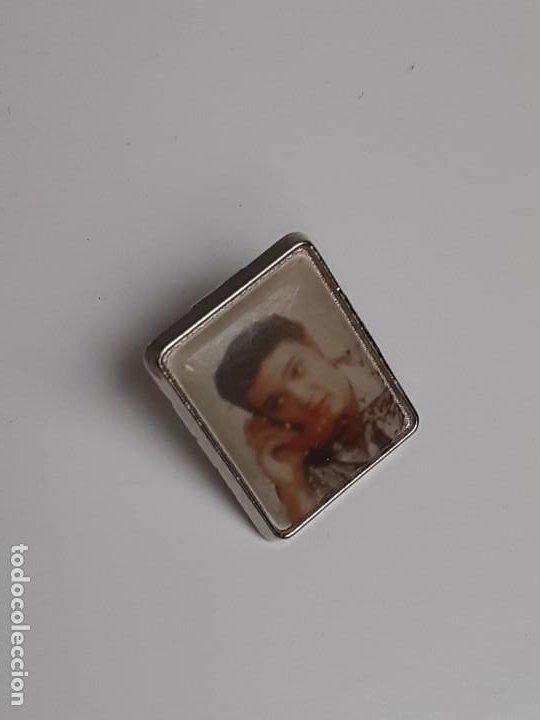 Pins de colección: Dos Pins Elvis Presley de los años 80 - Two Elvis Presley pins from the 80s - Foto 4 - 224983321